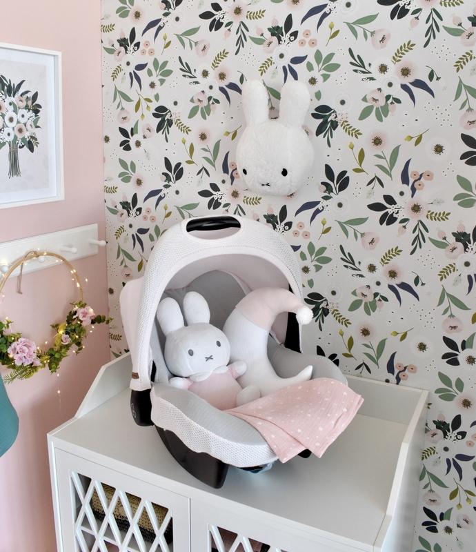 Babyzimmer für Mädchen mit Blumentapete