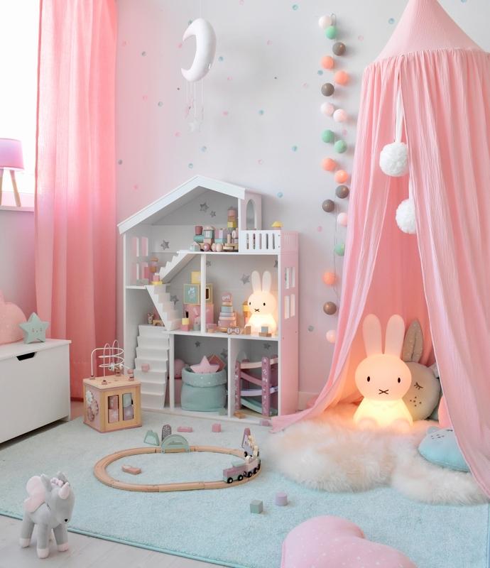 Spielzimmer mit Puppenhausregal & Kuschelecke