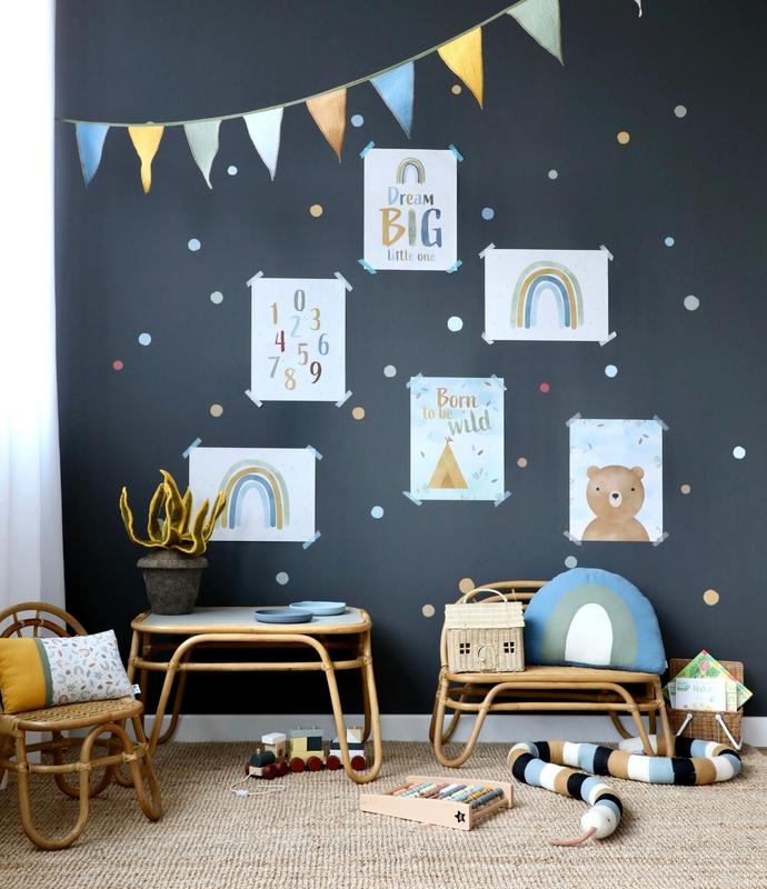 Spielzimmer mit Rattanmöbeln & Posterwand