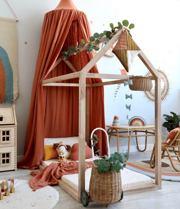 Kinderzimmer mit Hausbett & rostroter Deko