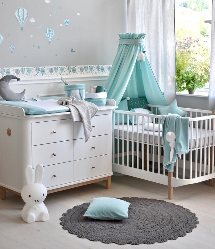 Babyzimmer mit Heißluftballons in Mint & Grau