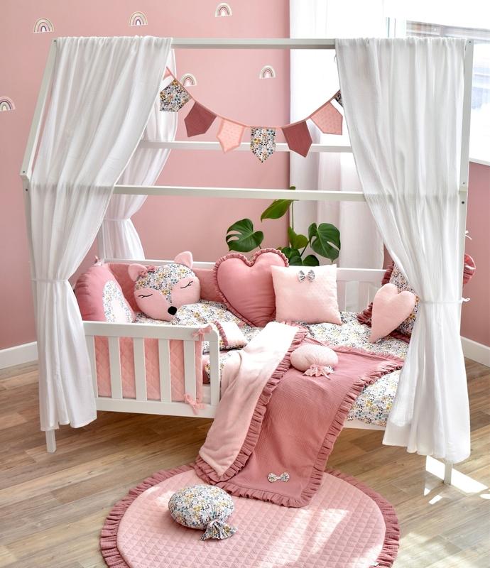 Kinderzimmer in Rosa mit Hausbett & Blumen Textilien