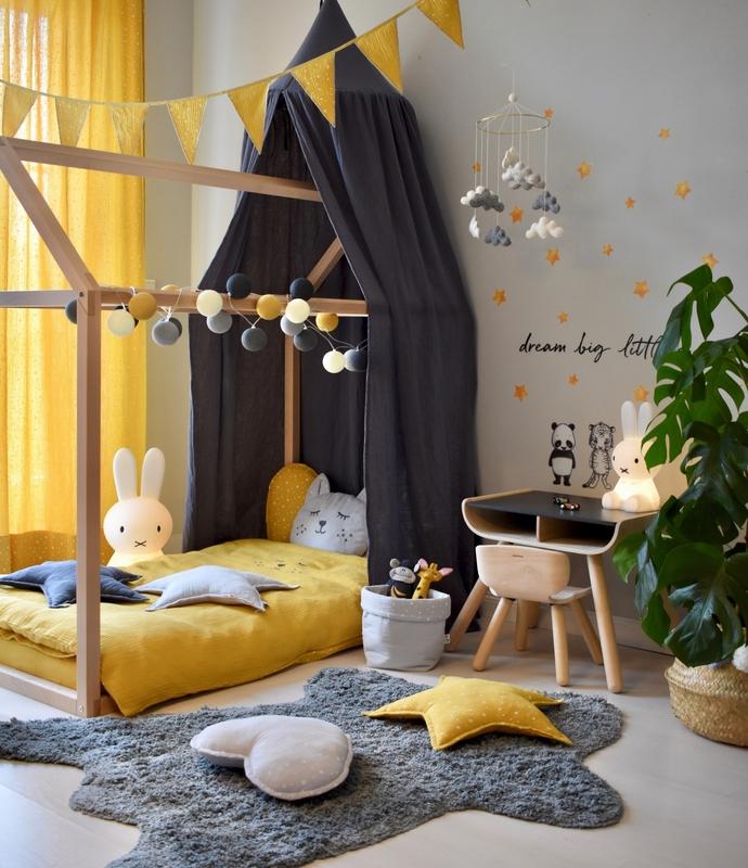 Kinderzimmer mit Hausbett in Senfgelb & Grau