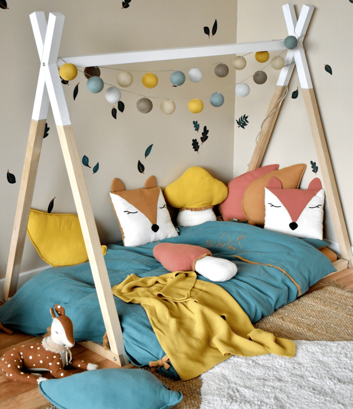Kleinkindzimmer mit Tipibett & Tierkissen