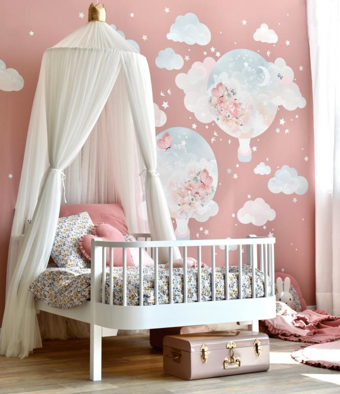 Kinderzimmer in Rosa mit Heißluftballons