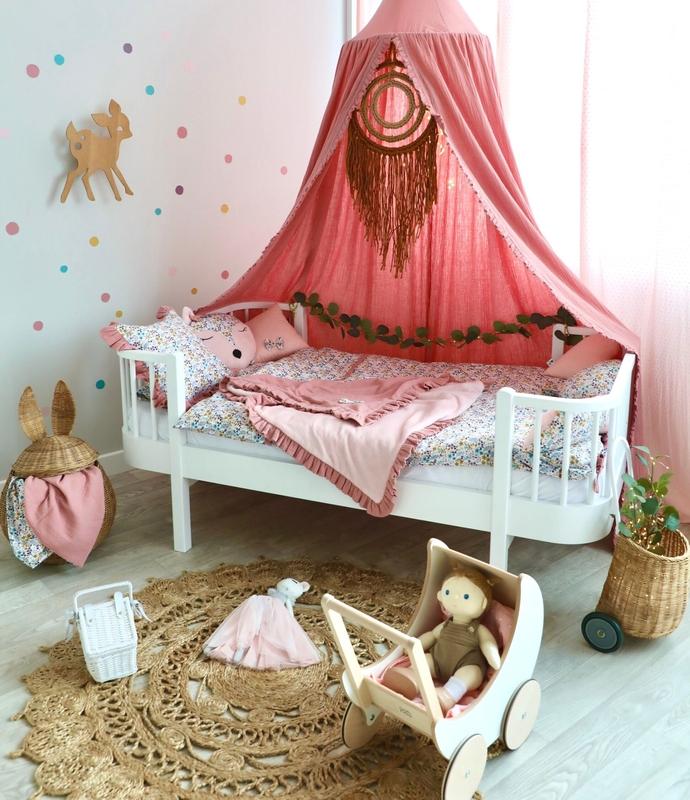 Kinderzimmer mit Baldachin & bunten Punkten