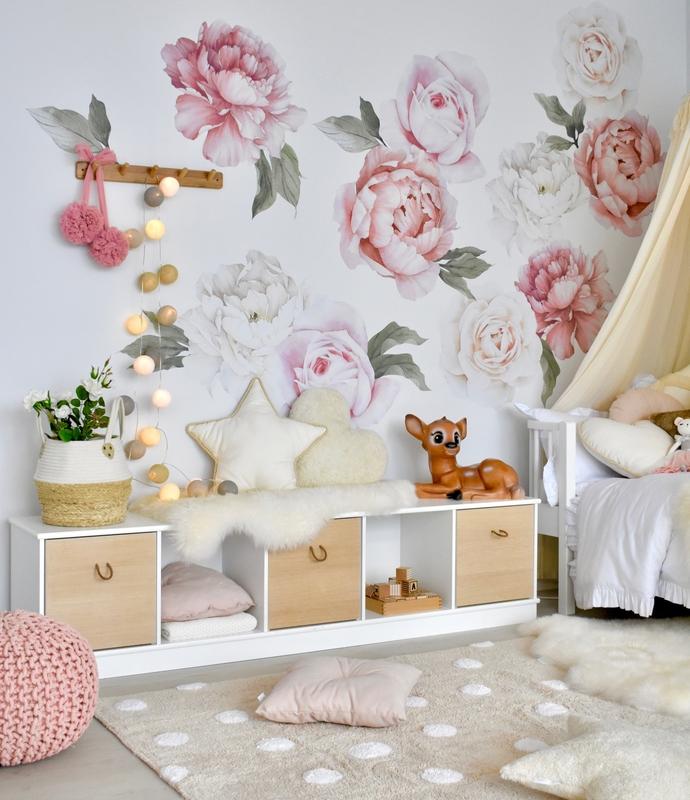 Kinderzimmer in Creme & Rosa mit Pfingstrosen
