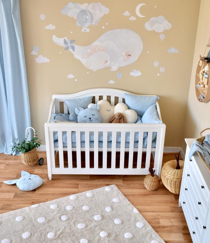 Babyzimmer in Blau & Beige mit Wal-Wandtattoo