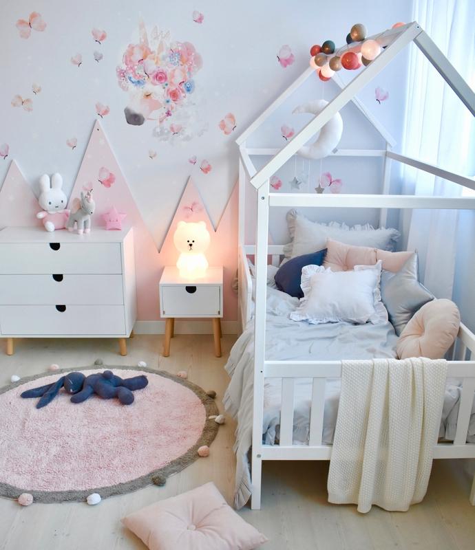 Kinderzimmer mit Hausbett & Einhorn Tattoo
