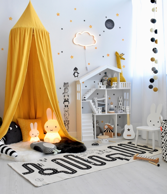 Spielzimmer mit Puppenhaus Regal in Senfgelb/Schwarz