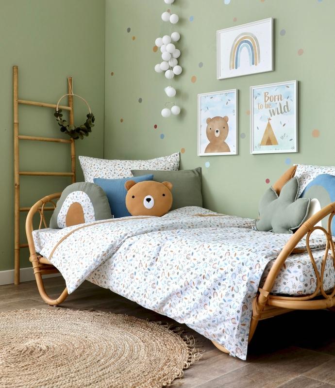 Kinderzimmer in Grün mit Rattanbett & Regenbögen