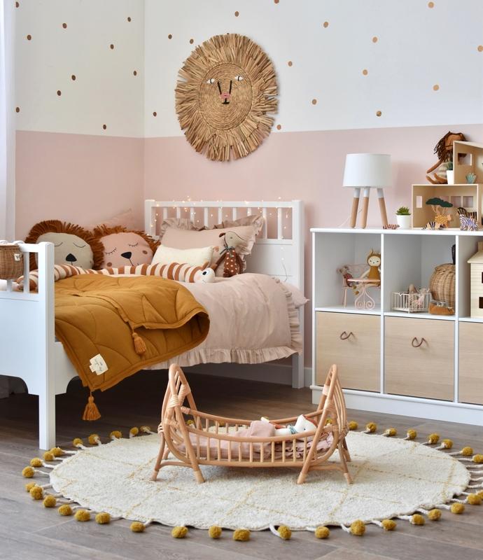 Mädchenzimmer in Altrosa mit Naturmaterialien