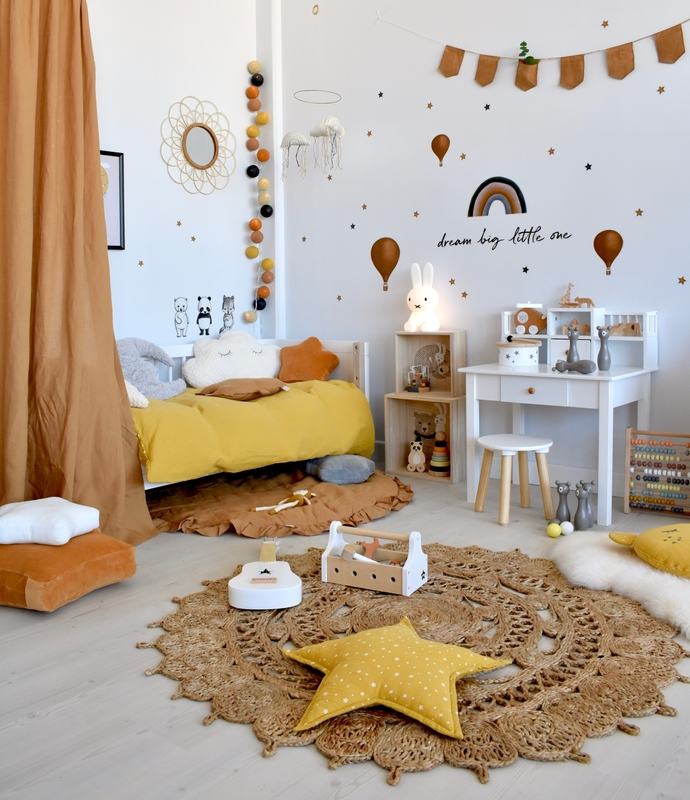 Kinderzimmer in Senfgelb & Camel mit Naturdeko