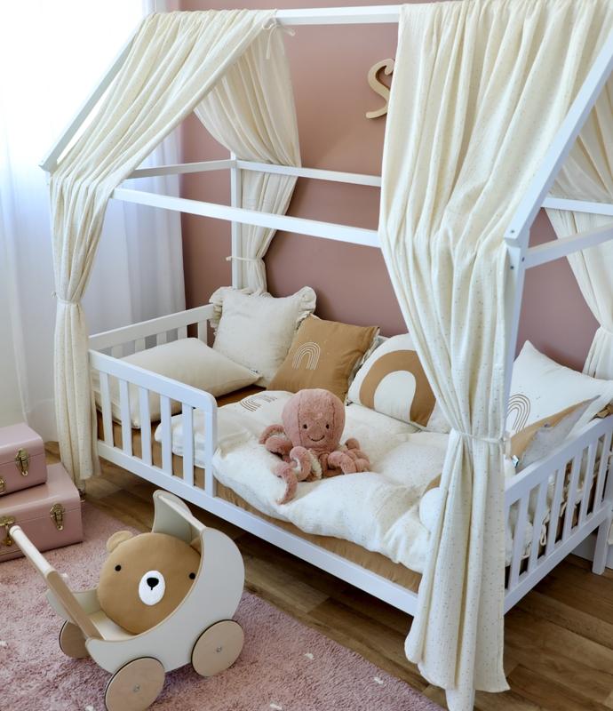 Kinderzimmer mit Hausbett & Goldpunkten