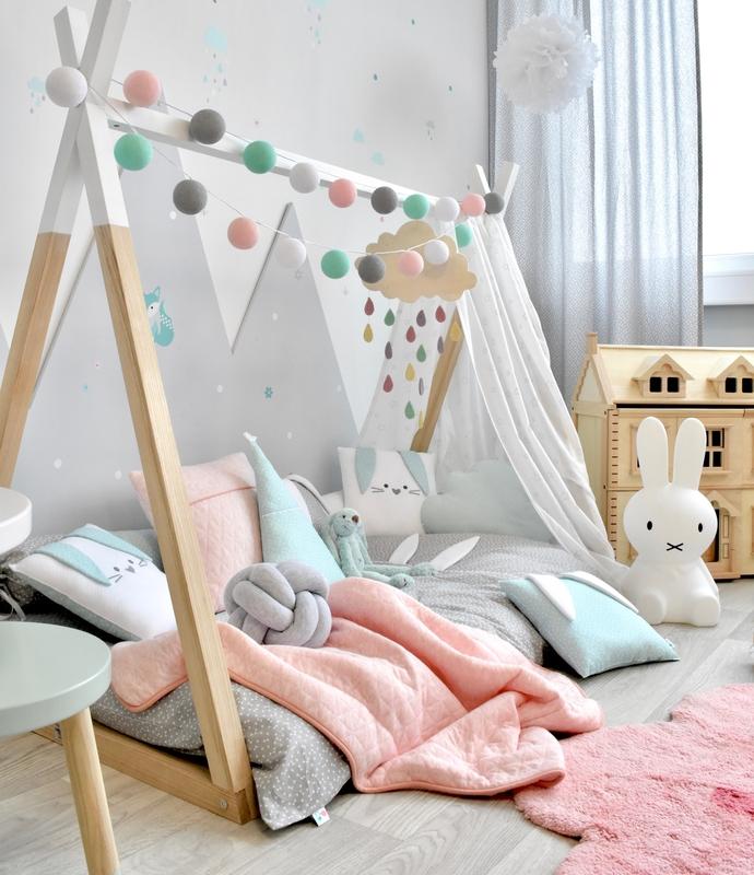 Kleinkindzimmer mit Tipibett & Waldtieren in Rosa/Mint
