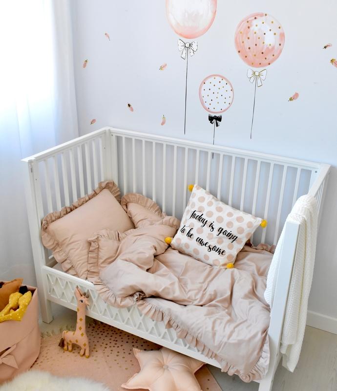 Kleinkindzimmer mit Luftballons in Puder & Altrosa