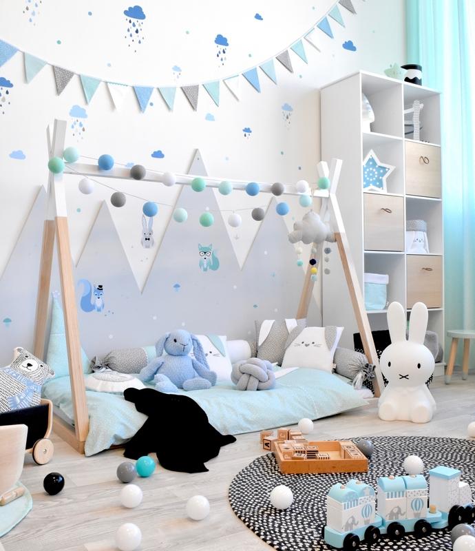 Kleinkindzimmer mit Tipibett & Waldtieren in Blau/Mint