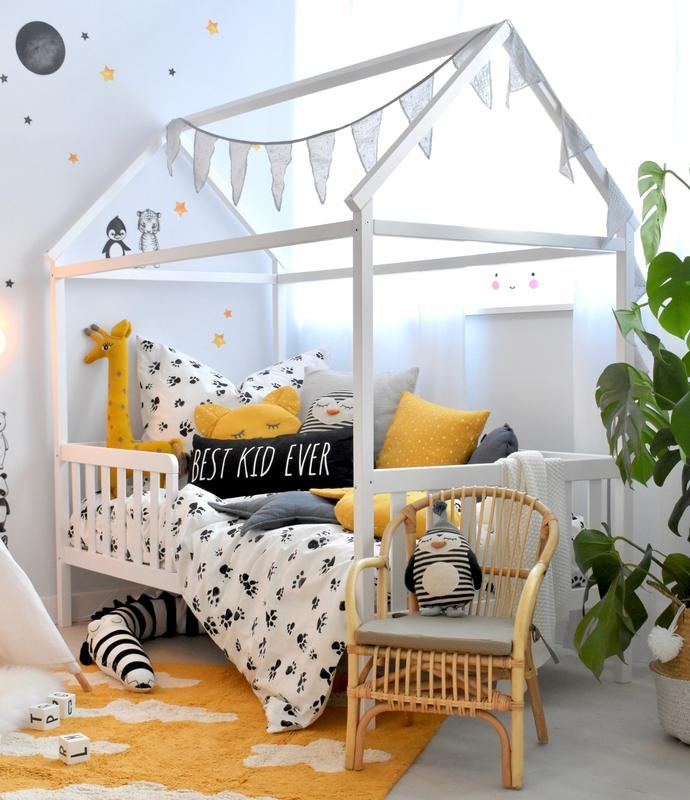 Kinderzimmer mit Hausbett in Senfgelb & Schwarz