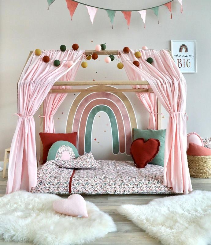 Mädchenzimmer mit Hausbett & XL Regenbogen