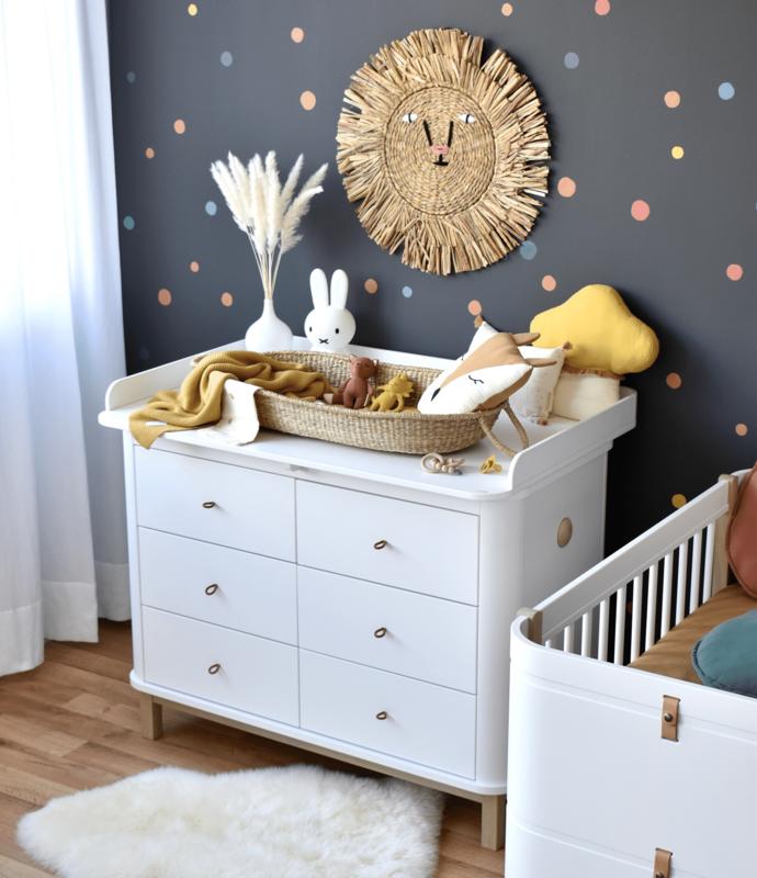 Babyzimmer mit Punktestickern und 'Wald' Textilien