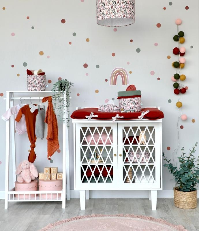 Babyzimmer für Mädchen in Rostrot & Altrosa