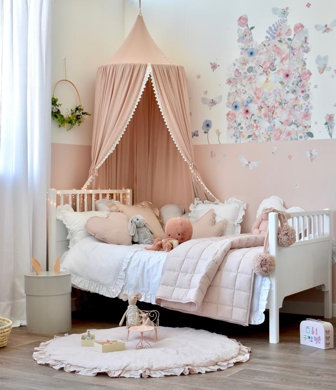 Kinderzimmer mit Blumen-Wandstickern in Altrosa