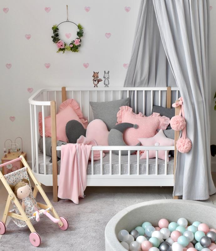 Kleinkindzimmer mit Herzwand in Rosa & Grau