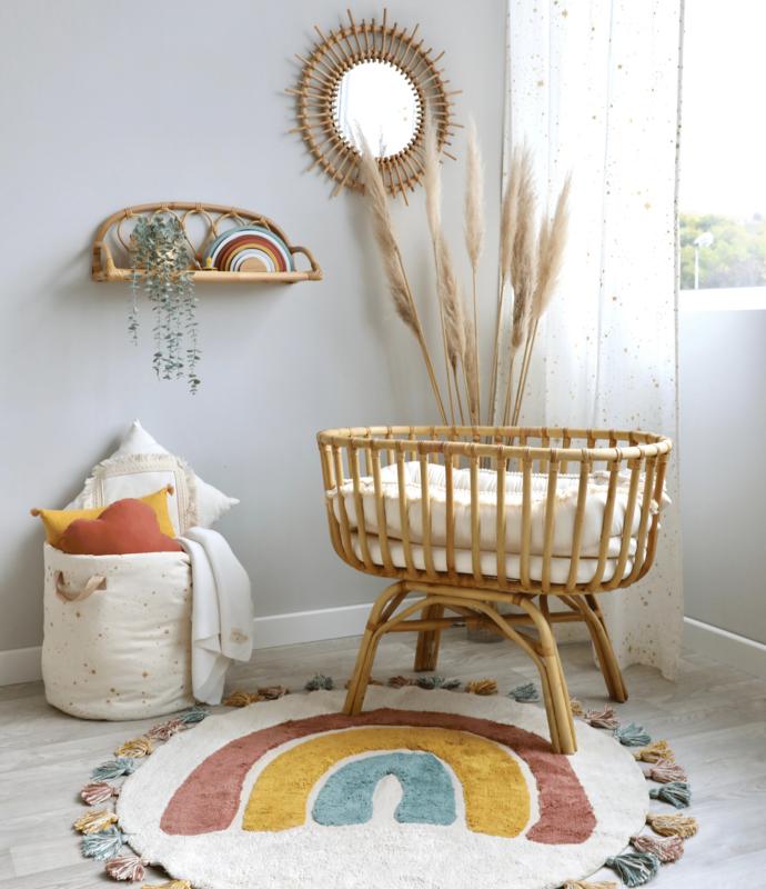 Babyzimmer mit Regenbögen & Rattanwiege
