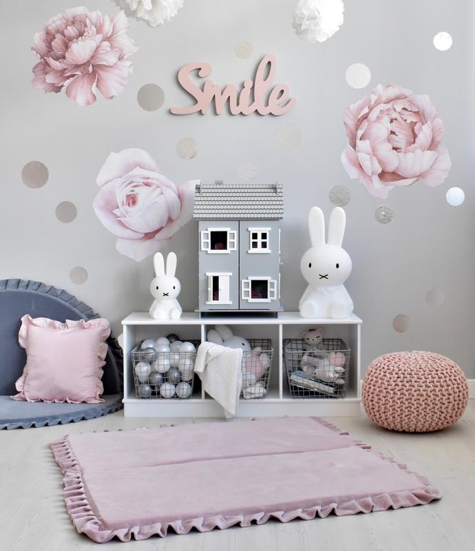 Spielecke in Rosa & Grau mit Hasenschaukel