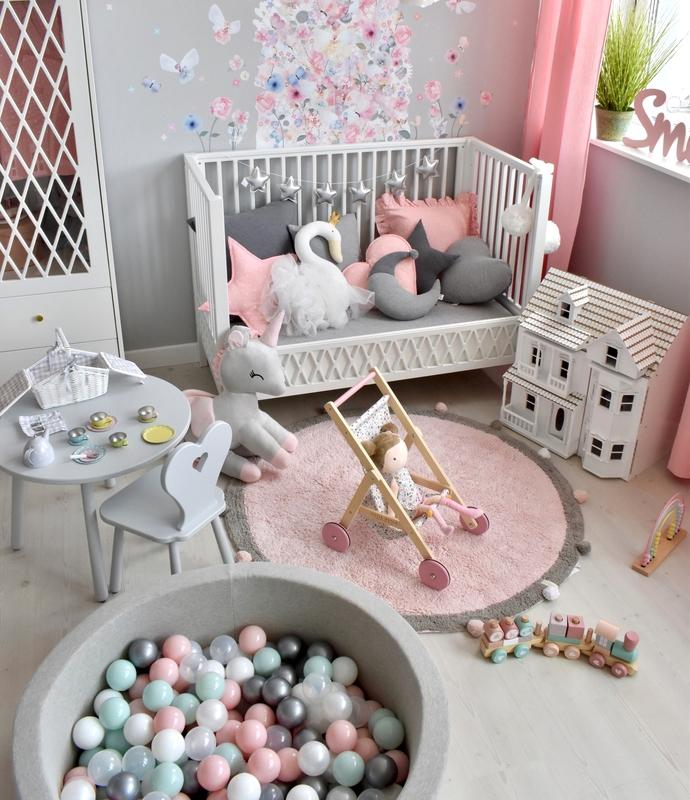 Spielzimmer mit Puppenspielzeug & Bällebad