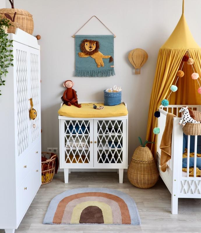 Babyzimmer mit fröhlicher Deko in Senfgelb & Blau