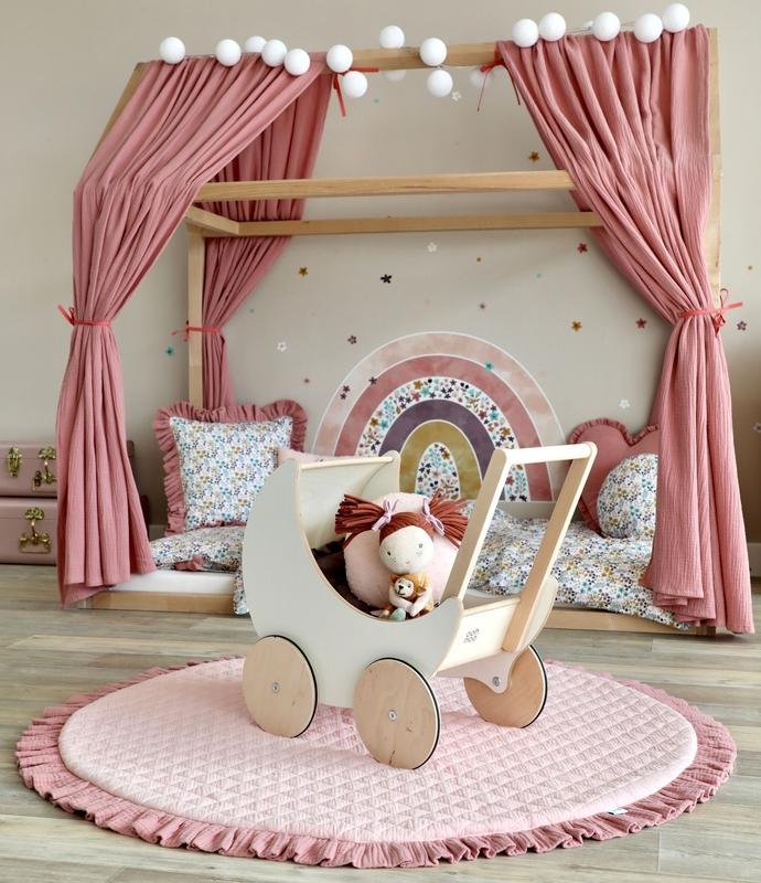 Kinderzimmer mit Hausbett in Altrosa