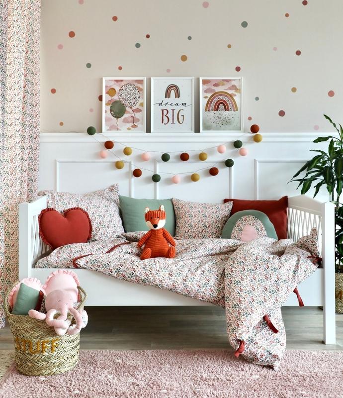 Kinderzimmer mit Blumendeko in Rostrot & Khaki