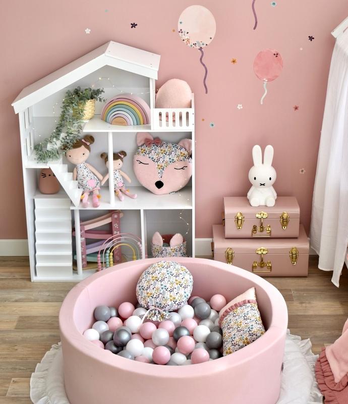 Spielzimmer in Rosa mit Bällebad & Puppenhaus