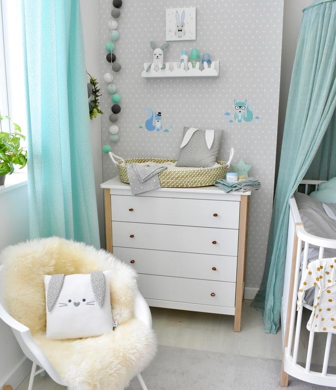 Babyzimmer mit Hasendeko in Mint & Jade
