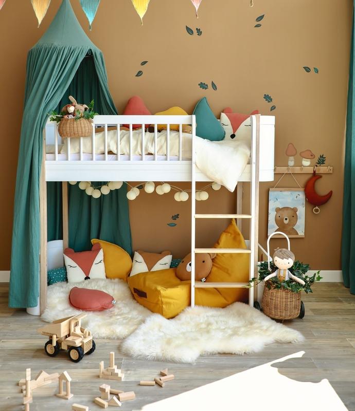 Kinderzimmer mit Halbhochbett & Wald-Deko