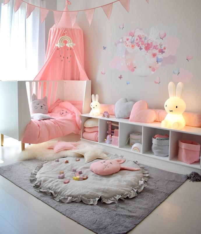 Kleinkindzimmer mit Mondtattoo in Rosa & Grau