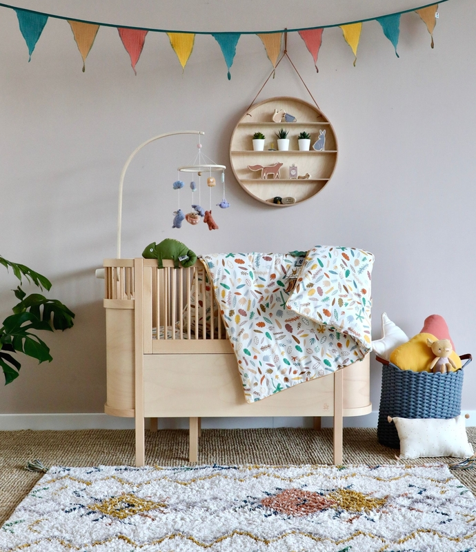 Babyzimmer mit Sebra Bett & bunter Deko