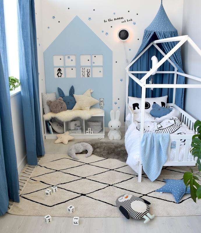 Kinderzimmer mit Hausbett in Blau/Weiß