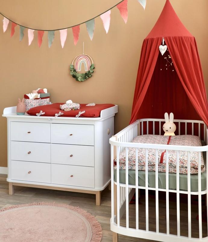 Babyzimmer mit Blumen in Rostrot & Khaki