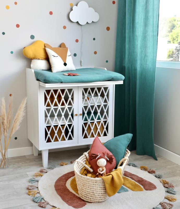 Babyzimmer mit Punktewand & Regenbogen Teppich