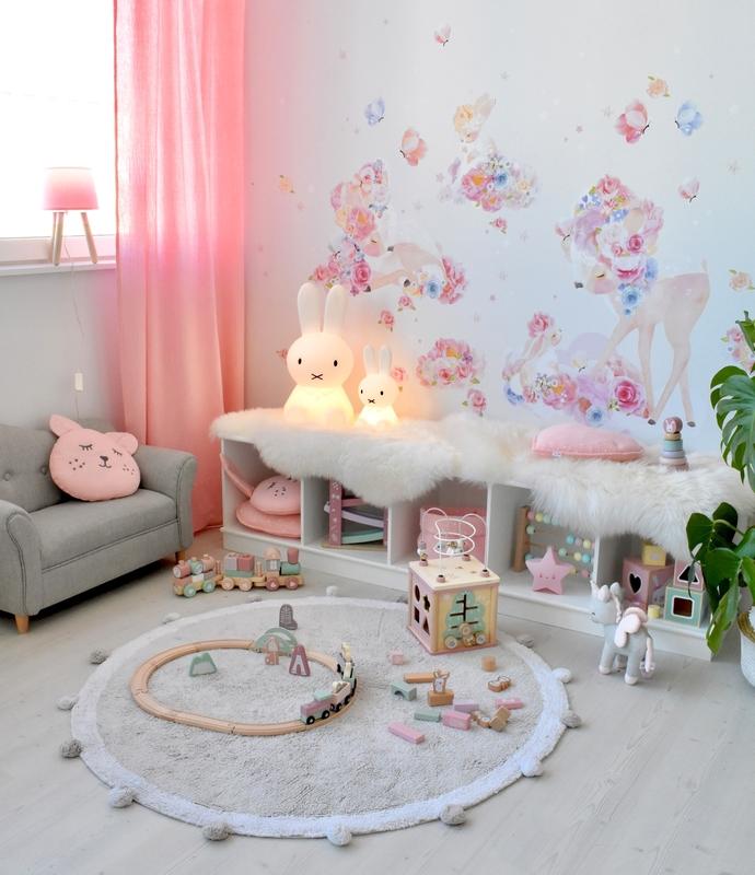Spielzimmer in Rosa & Grau mit Rehlein Wandtattoo