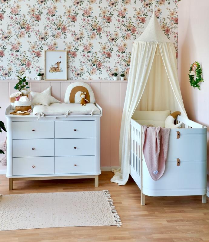 Babyzimmer in Creme & Altrosa mit Blumentapete