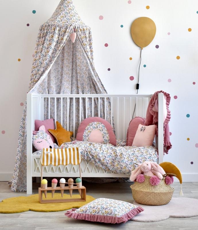 Kinderzimmer mit Blumen Textilien in Rosa & Senf