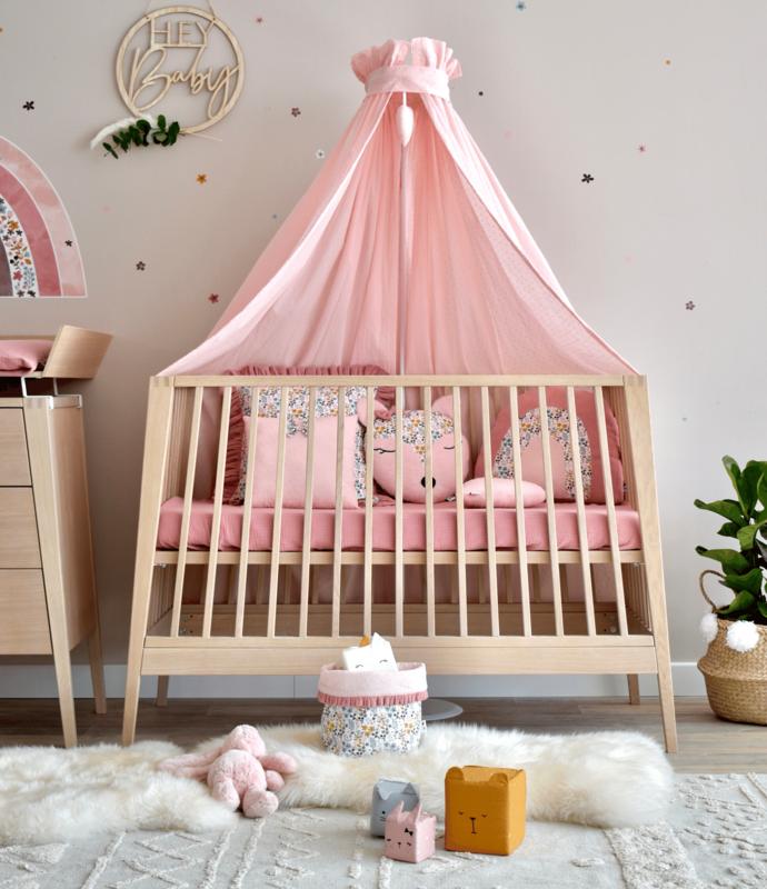 Babyzimmer mit Blumentextilien & Holzmöbeln