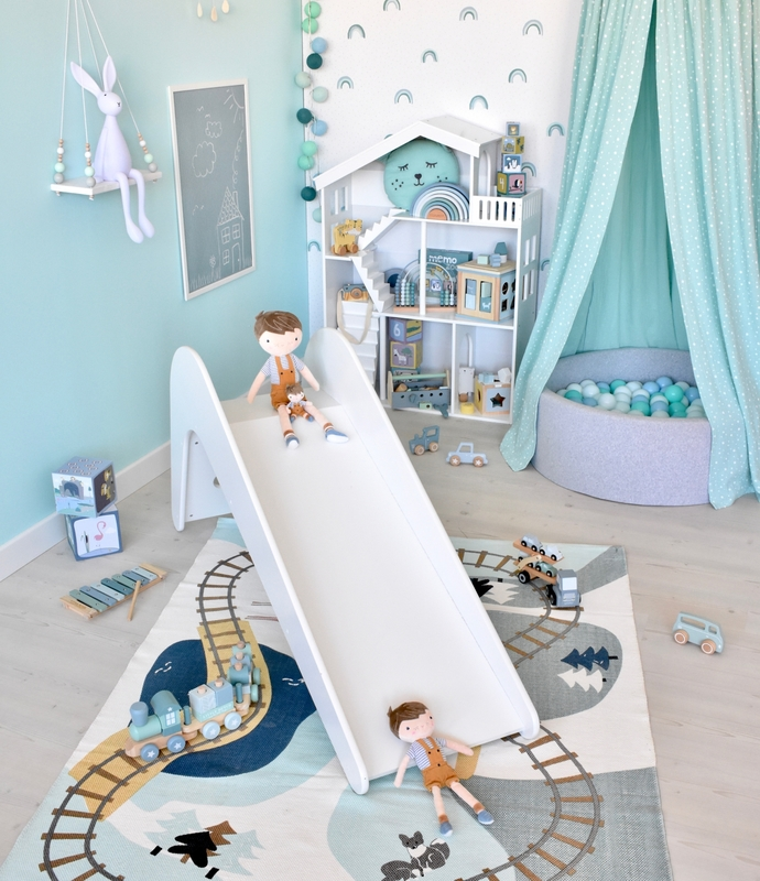 Spielzimmer in Mint mit Kinderrutsche