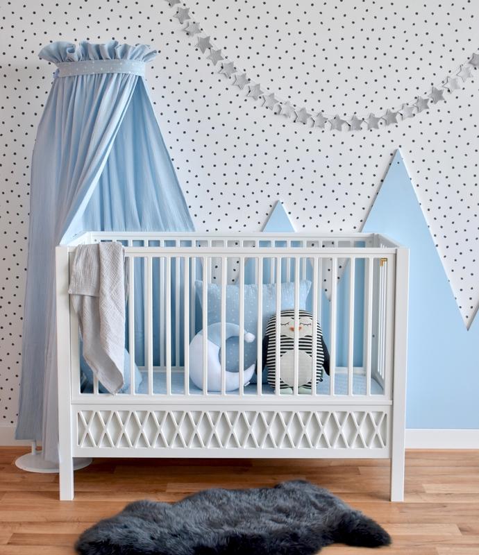 Babyzimmer mit Musselintextilien in Hellblau