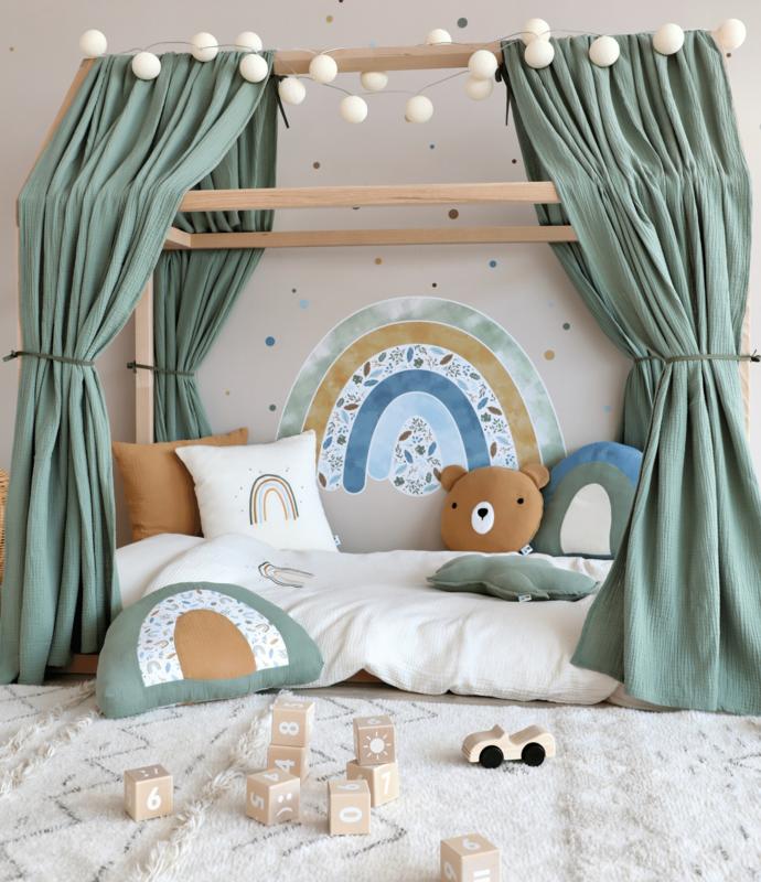 Kinderzimmer mit Hausbett & Regenbogen Deko