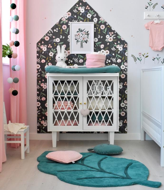 Babyzimmer mit Blumentapete in Rosa & Grün
