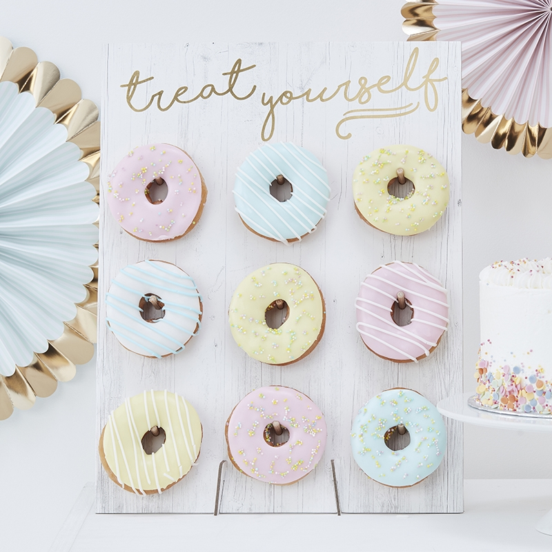 Wand für 9 Donuts 'Pick & Mix' creme/gold